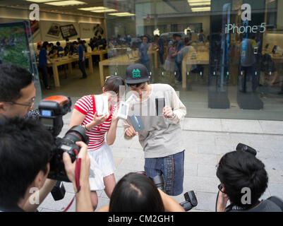 Japan, Tokyo. 21st September 2012. Japanese Apple  fans pose for the press with their new iphone 5 on the day of - Stock Photo