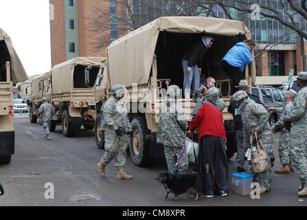 LONG BEACH, N.Y. – New York Army National Guard Soldiers from Company F, 427th Brigade Support Battalion assist - Stock Photo