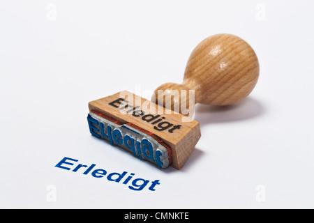 Detailansicht eines Stempels mit der Aufschrift Erledigt | Detail photo of a stamp with inscription in German finished - Stock Photo