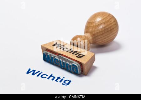 Detailansicht eines Stempels mit der Aufschrift Wichtig | Detail photo of a stamp with inscription in German important - Stock Photo