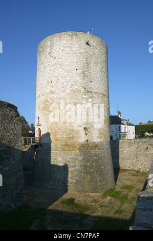 France, Essonnes, Dourdan, the castle, tower and moat - Stock Photo