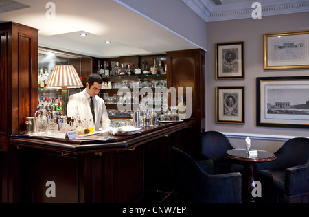 Europe England London, the James Bond's places, the Dukes Hotel in St James street - Stock Photo