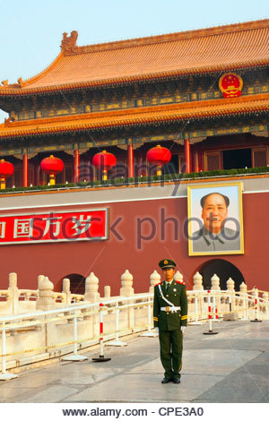 Peoples Armed Police guard with portrait of Mao Zedong, Heavenly Gate entrance to Forbidden City, Beijing, China, - Stock Photo