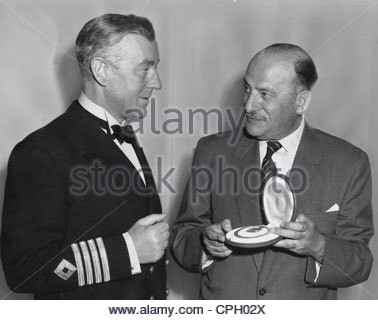 Guinness, Alec, 2.4.1914 - 5.8.2000, British actor, half length, with Sir Michael Balcon, holding award of the German - Stock Photo
