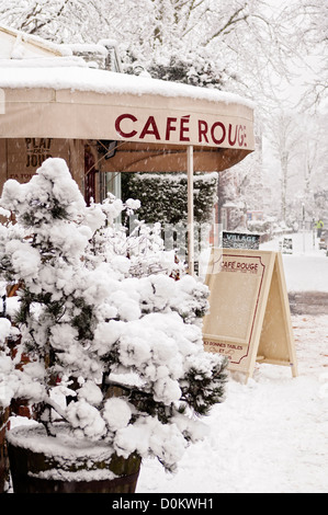 Cafe Rouge in Highgate covered with fresh snow. - Stock Photo