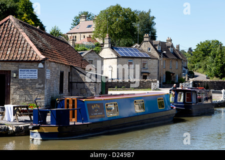 Barges on the Kennet and Avon Canal at Bradford Wharf, Bradford-on-Avon, Wiltshire, England. - Stock Photo