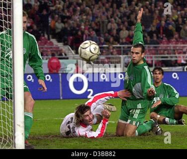 (dpa) - Ioannis Amanatidis (M, white red jersey) of VfB Stuttgart is played foul against by Dragan Vukomir of Ferencvaros - Stock Photo