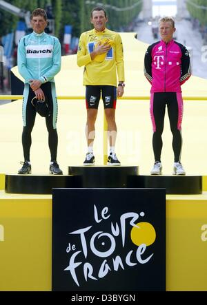 (dpa) - Second placed German Jan Ullrich (L) of Team Bianchi, victorious US Postal-Berry Floor's Lance Armstrong - Stock Photo