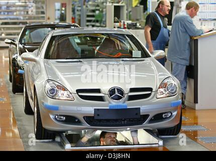 (dpa) - Workers make final adjustments on a new Mercedes SLK Roadster sports car at the DaimlerChrysler plant in - Stock Photo