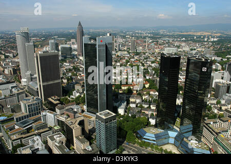 (dpa) - The picture dated 24 July 2005 shows a view of the bank highrisers and the Frankfurt tradefair tower (3rd - Stock Photo