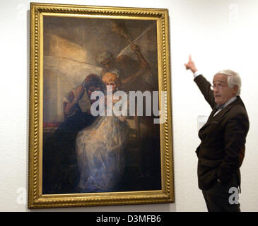 Peter Raue, chairman of the friends of the National Gallery association, points at the painting 'The hours (aged - Stock Photo