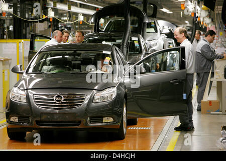 Opel employees work on the company?s new mid-size car Insignia at the plant in Ruesselsheim, Germany, 03 December - Stock Photo
