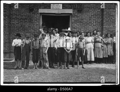 Part of the force at Tupelo Cotton Mills. All work, May 1911 - Stock Photo
