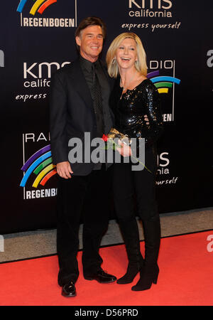 English-born singer and actress Olivia Newton-John (R) and her husband John Easterling (L) arrive for the Radio - Stock Photo