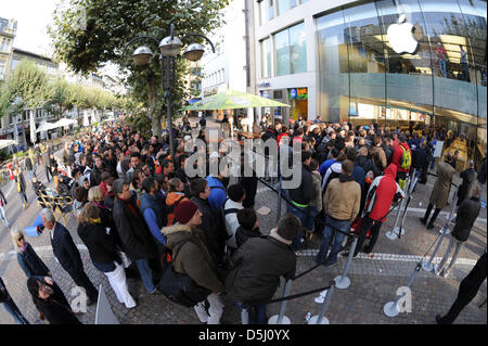 Fans of Apple wait for the sales launch of the iPhone 5 in front of an Apple store in Frankfurt Main, Germany, 21 - Stock Photo