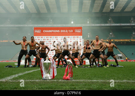 London, UK. 12th May 2013. New Zealand perform 'The Haka' with the Cup and Series Championship trophies in the foreground - Stock Photo