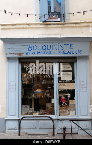 A small secondhand bookshop in Beziers selling old papers, stamps and curios. - Stock Photo