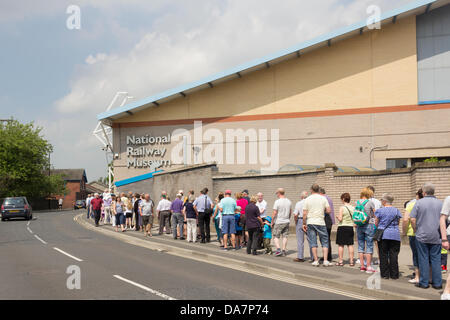 York, UK. 6th July, 2013. Railway enthusiasts and people just generally interested queuing for up to a hour to enter - Stock Photo