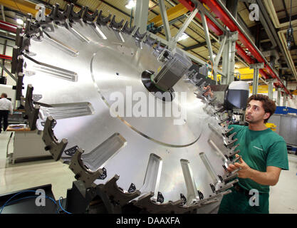 (dpa FILE) - An archive picture dated, 17 March 2011, shows a members of staff inspecting a tool blade magazine - Stock Photo