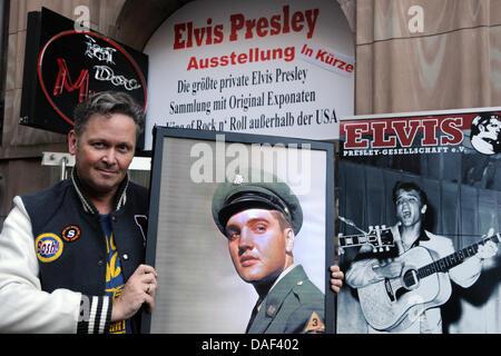 Der Sammler Andreas Schröer posiert am Mittwoch (30.11.2011) in Düsseldorf vor dem Elvis Presley - Museum mit einem - Stock Photo