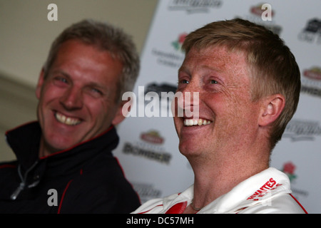 Lancashire County Cricket Club photocall April 6th 2009. Press conference. Glenn Chapple (R) and Peter Moores - Stock Photo