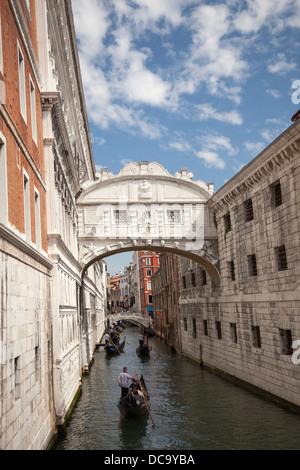 The front view of the Venice's famous Bridge of Sighs (Italy). La vue de face du célèbre Pont des Soupirs, à Venise - Stock Photo