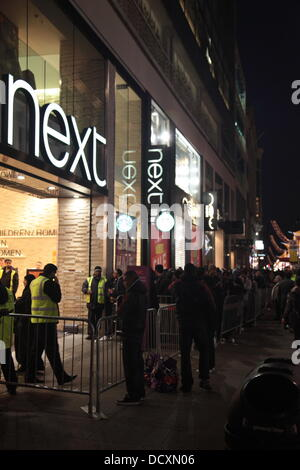 Shoppers queue up ahead of the Boxing Day sales on London's Oxford Street London, England - 26.12.11 - Stock Photo