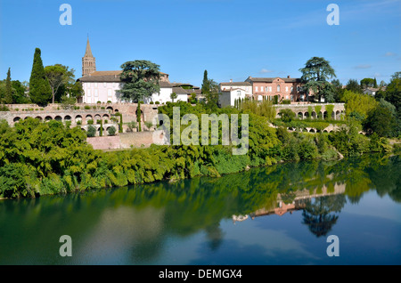 River Tarn in the village of Lisle-sur-Tarn with the church and arcades in the background, commune in the Tarn department - Stock Photo