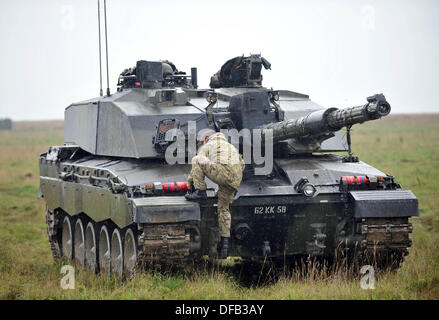 Salisbury Plain, UK. 1st October 2013. British Army reserve units are now training with the full time regular regiments - Stock Photo