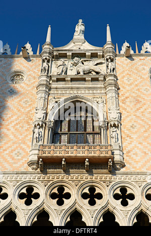 The 14th century Gothic style balcony on the south facade of The Doge's Palace, Palazzo Ducale, Venice, Venezien, - Stock Photo