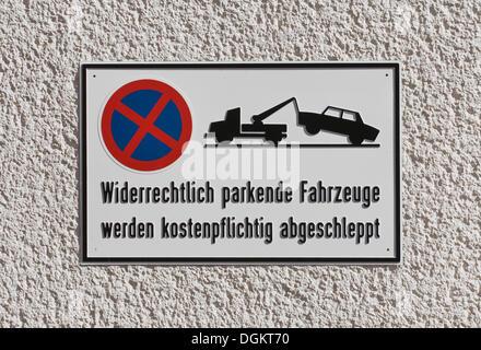 No parking sign indicating that 'widerrechtlich geparkte Fahrzeuge werden kostenpflichtig abgeschleppt', German - Stock Photo