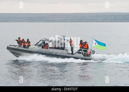 DJIBOUTI, Djibouti (Nov. 14, 2013) - Uganda People's Defence Force members prepare to board a target vessel during - Stock Photo