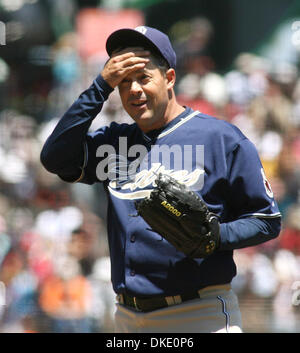 June 27, 2007 - San Francisco, CA, USA - San Diego Padres starting pitcher Greg Maddux looks at his catcher in the - Stock Photo