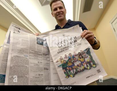 Der DFB-Teammanager Oliver Bierhoff hält am 05.12.2013 in Costa do Sauipe, Brasilien die brasilianischen Zeitung - Stock Photo