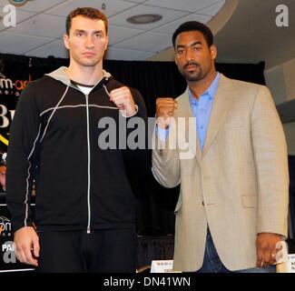 Nov 08, 2006; New York, NY, USA; IBF/IBO Heavyweight World Champion WLADIMIR KLITSCHKO poses with his upcoming opponent - Stock Photo