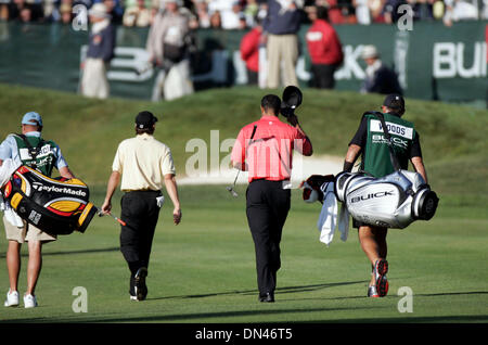 Jan 29, 2006; La Jolla, CA, USA; SERGIO GARCIA and TIGER WOODS walk to the 18th green, with Woods tipping his cap - Stock Photo