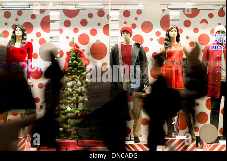 Manchester, UK. 22nd December, 2013. Shoppers walk past a high street store's Christmas window display during the - Stock Photo