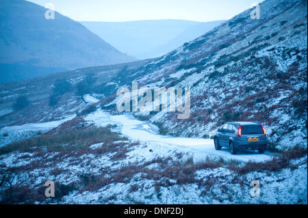 Hay Bluff, Powys, UK. 24th December 2013. A car negotiates Gospel Pass on the road which runs between Hay-on-Wye - Stock Photo