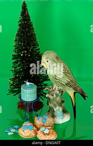 Weihnachten, Stilleben Kekse Wellensittich - Stock Photo