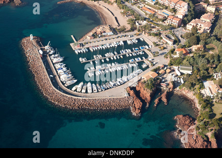 SMALL MARINA IN THE ESTEREL'S VOLCANIC RED ROCK (aerial view). Figueirette marina in Miramar, Théoule-sur-Mer, Alpes - Stock Photo