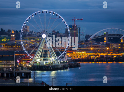 Seattle's Big Wheel ferris wheel against city skyline - Stock Photo