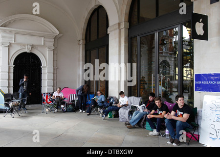 Apple fans queue out side the apple store in Covent Garden central London, Britain 20 September 2012. Apple unveiled - Stock Photo