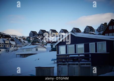 Kall blå afton. Blå timmen. På bergsluttningen ovanför syns de nybyggda husen i rad. - Stock Photo