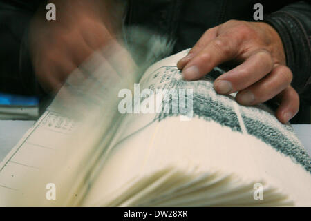 Yangzhou, China's Jiangsu Province. 25th Feb, 2014. A worker counts pages at the Guangling Ancient Books Printing - Stock Photo