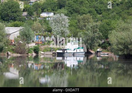 Haeuser am Ufer des Dnjestr (Nistru) bei Ribniza in Transnistrien/houses on the banks of Dnjestr river near Ribniza, - Stock Photo