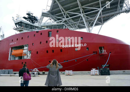 Perth, Australia . 30th Mar, 2014. A woman takes photo of Australian Defence Vessel Ocean Shield which is loaded - Stock Photo