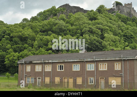 Housing estate in Gowanhill Gardens, Raploch near Drip road before demolition. Stirling Castle can be seen in the - Stock Photo