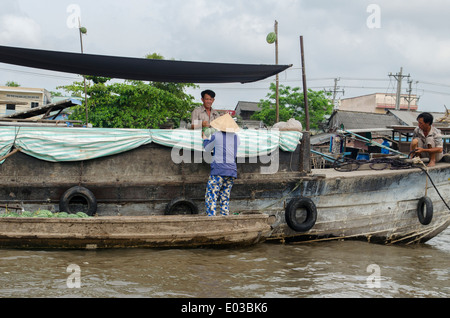 People buying & selling fruit & vegetables, Can Rang floating market, Can Tho, Vietnam - Stock Photo