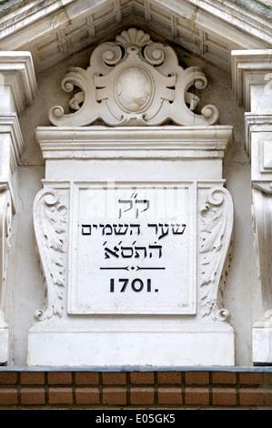 London, England, UK. Bevis Marks Synagogue (1701) Hebrew inscription above the entrance - Stock Photo