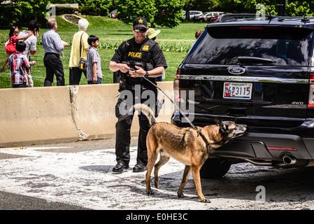 Secret Service K-9 Unit, E Street NW entrance to White House security area, Washington, DC - Stock Photo